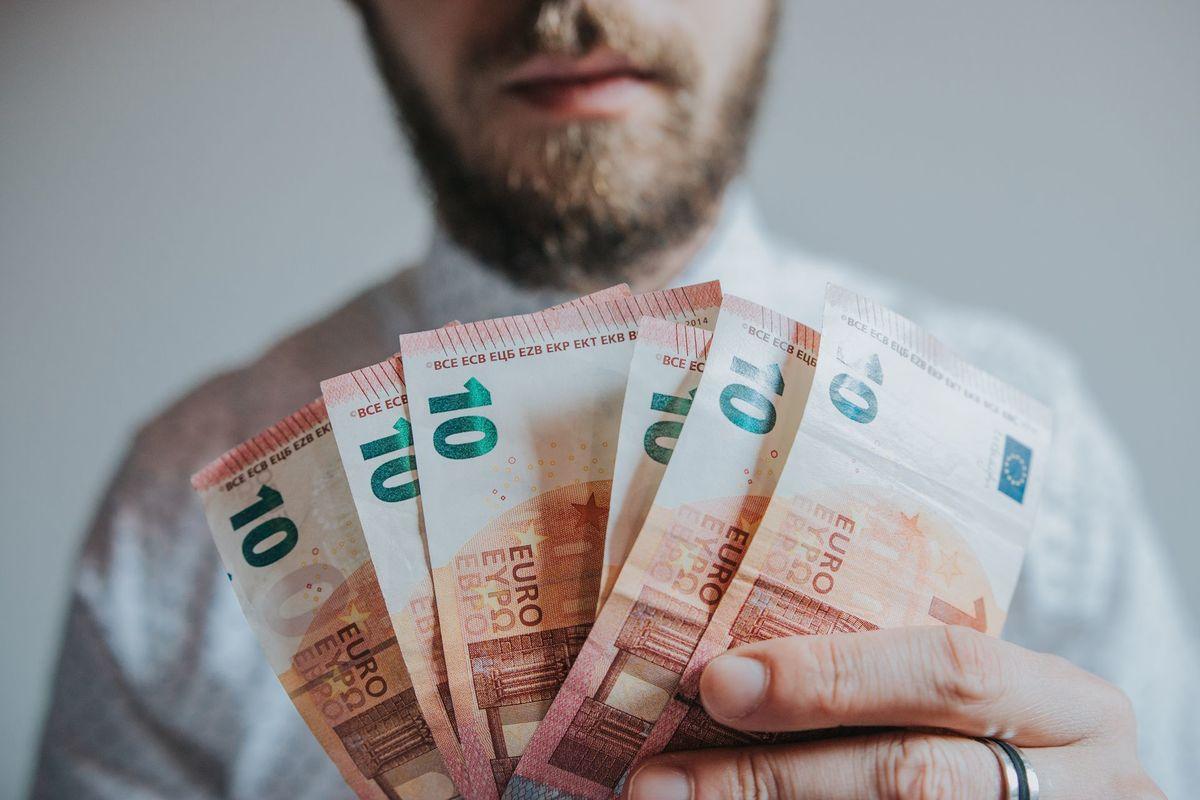 kāpēc es nopelnu daudz, bet ne naudu